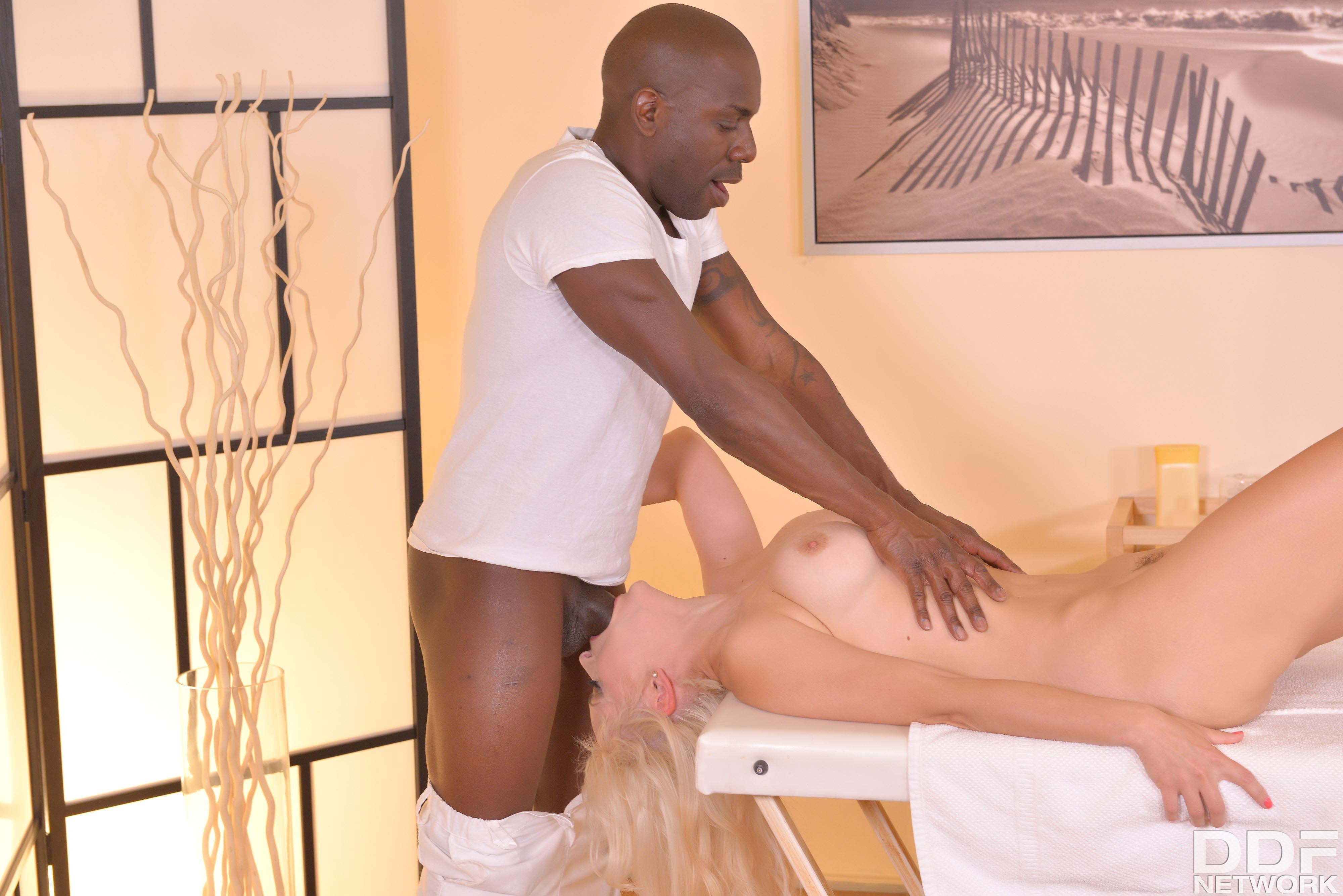 Отдалась негру массажисту с большой елдой порно фото бесплатно