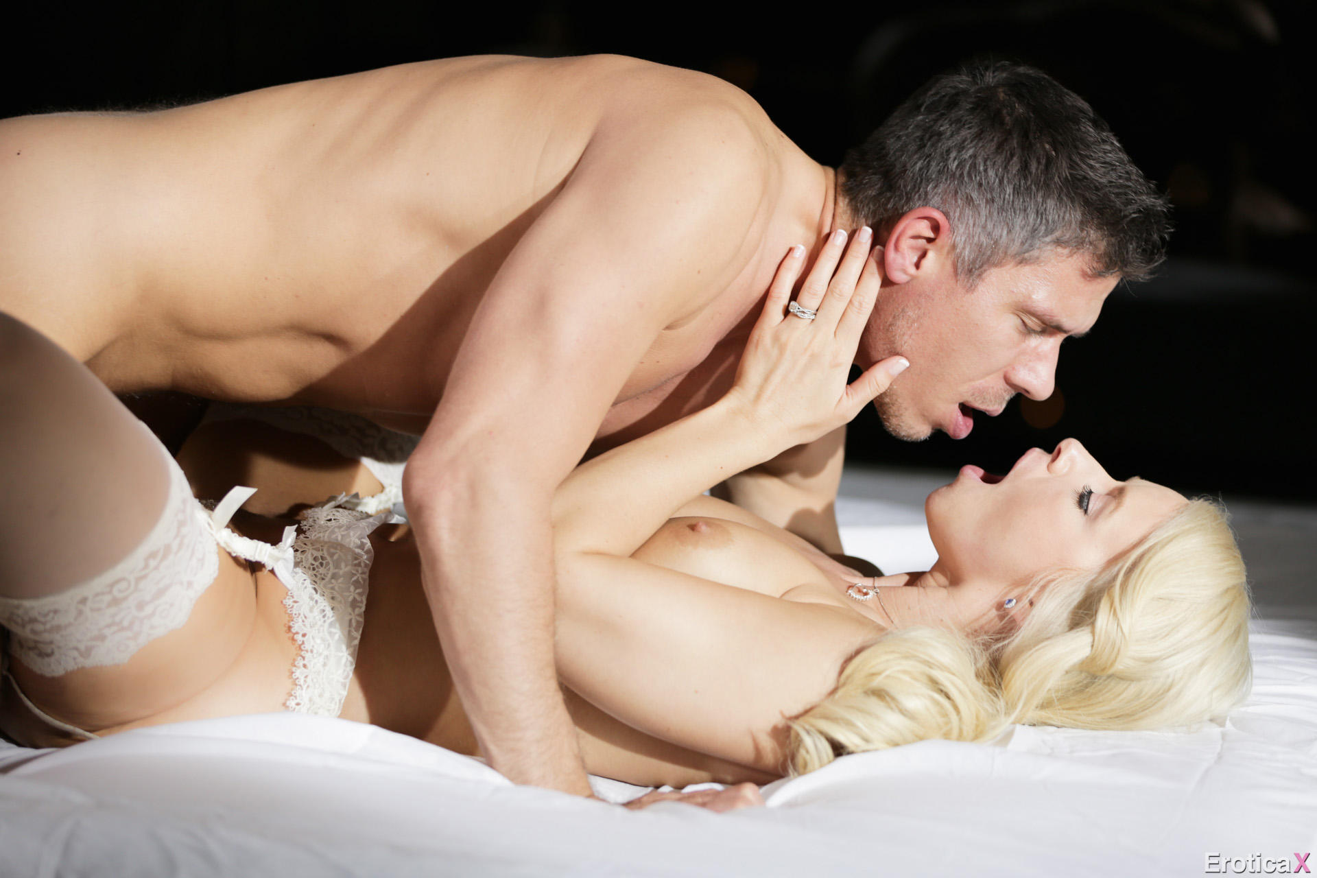 Любовницы возбуждают мужчин и проводят с ними ночь порно фото бесплатно