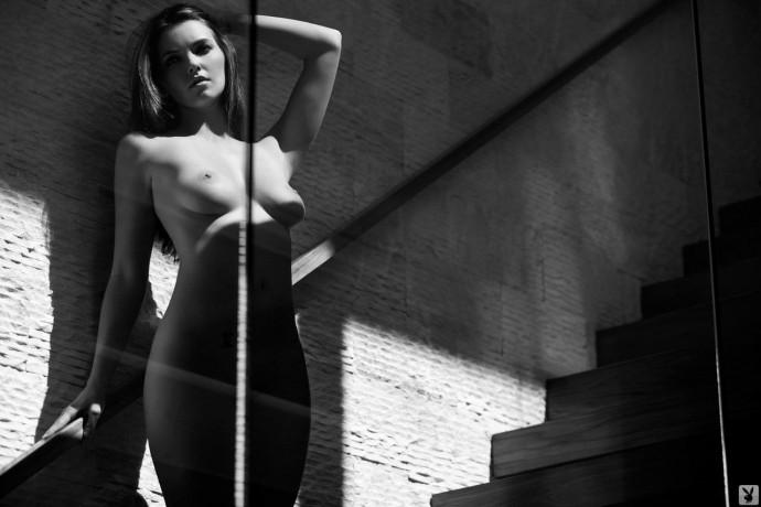 Чёрно белое фото девушки Erin Heidrich.