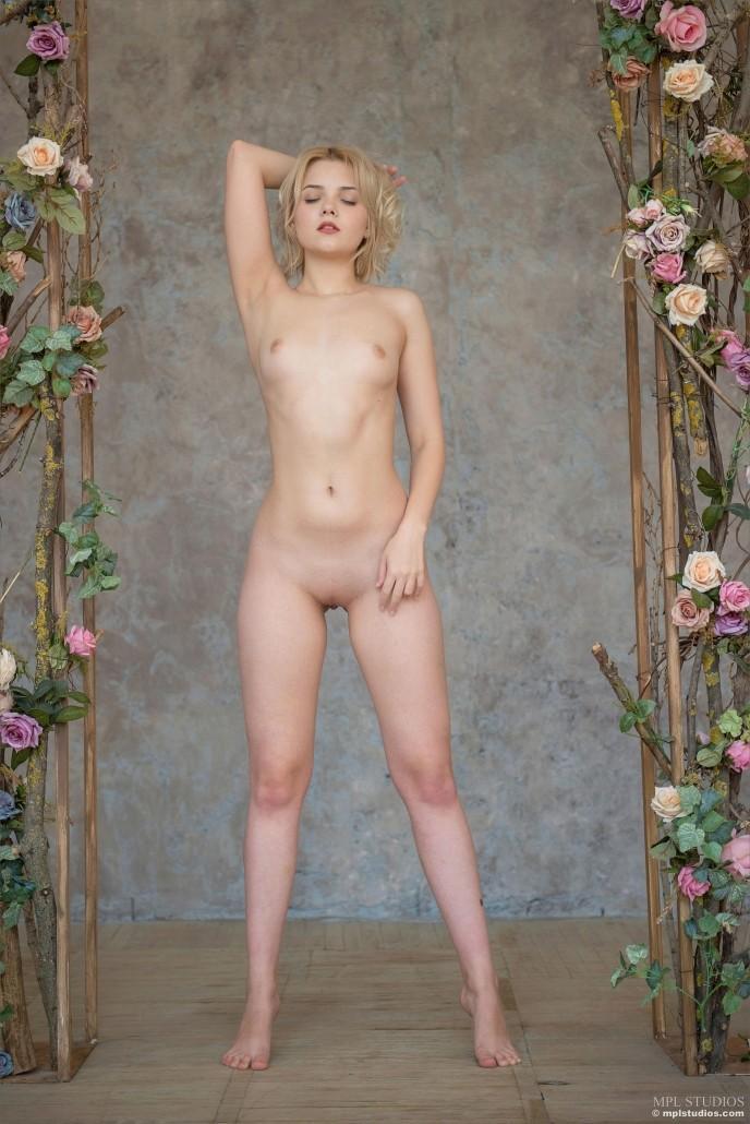 Упругая жопа красивой молодой блондинки.