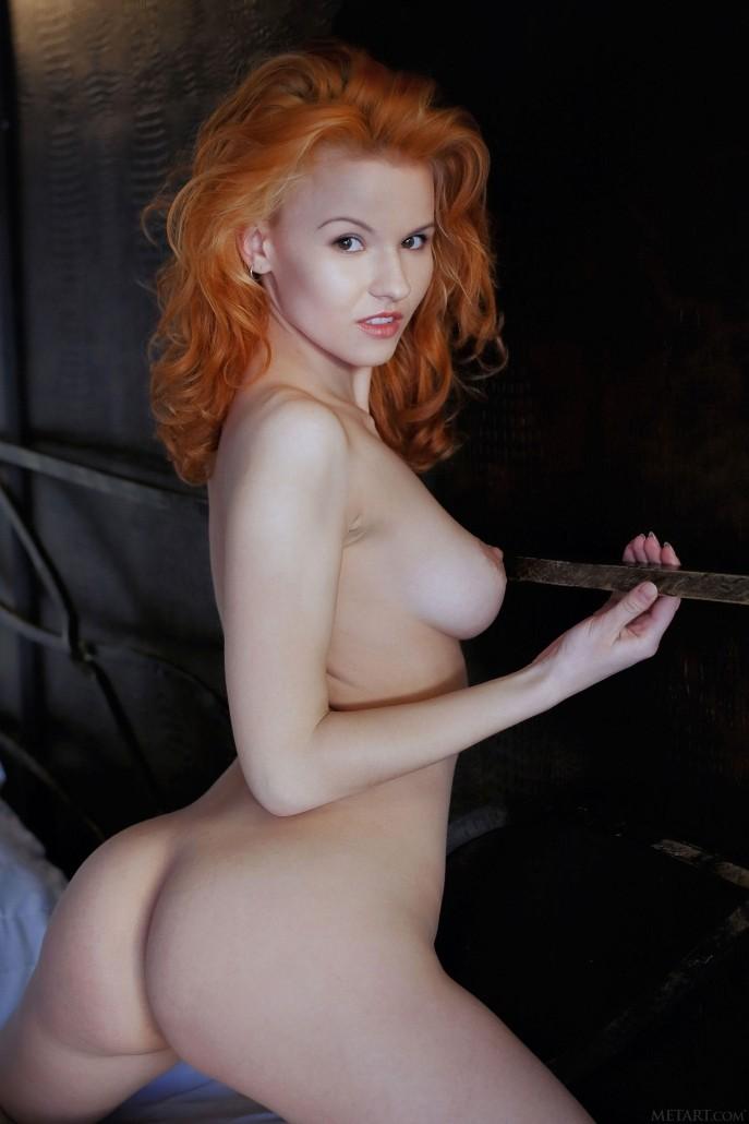 На фото голая огненно-рыжая красавица.
