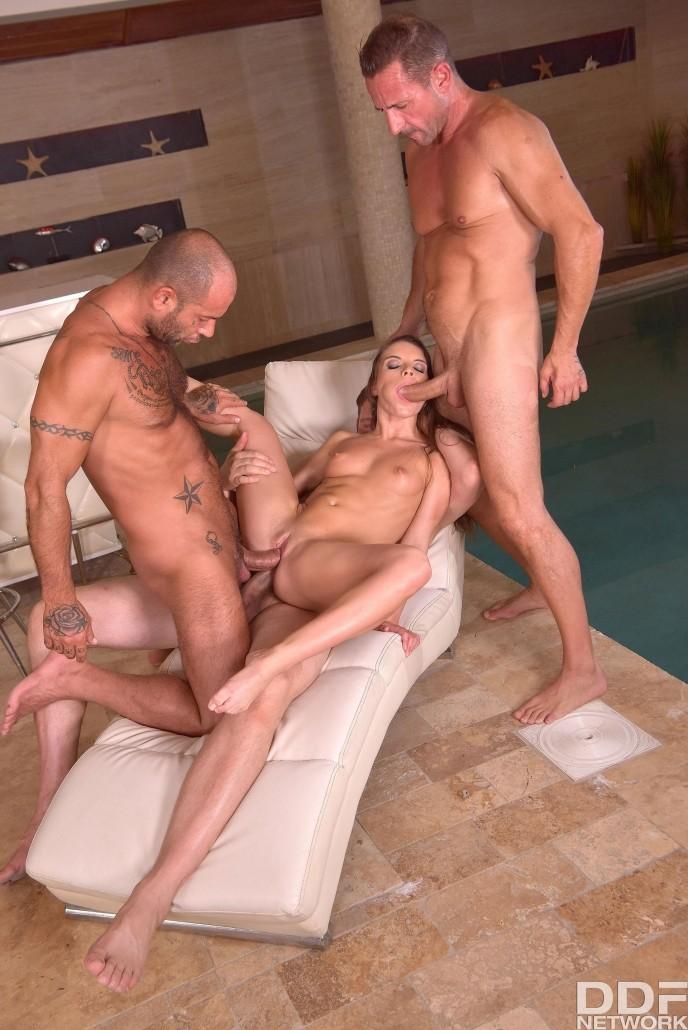Тройной секс cо стройной любительницей членов.
