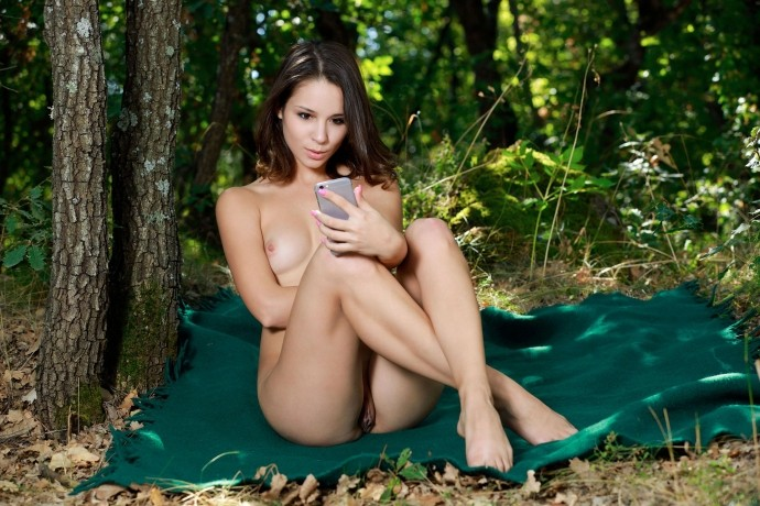 Девушка делает селфи пизды на природе.