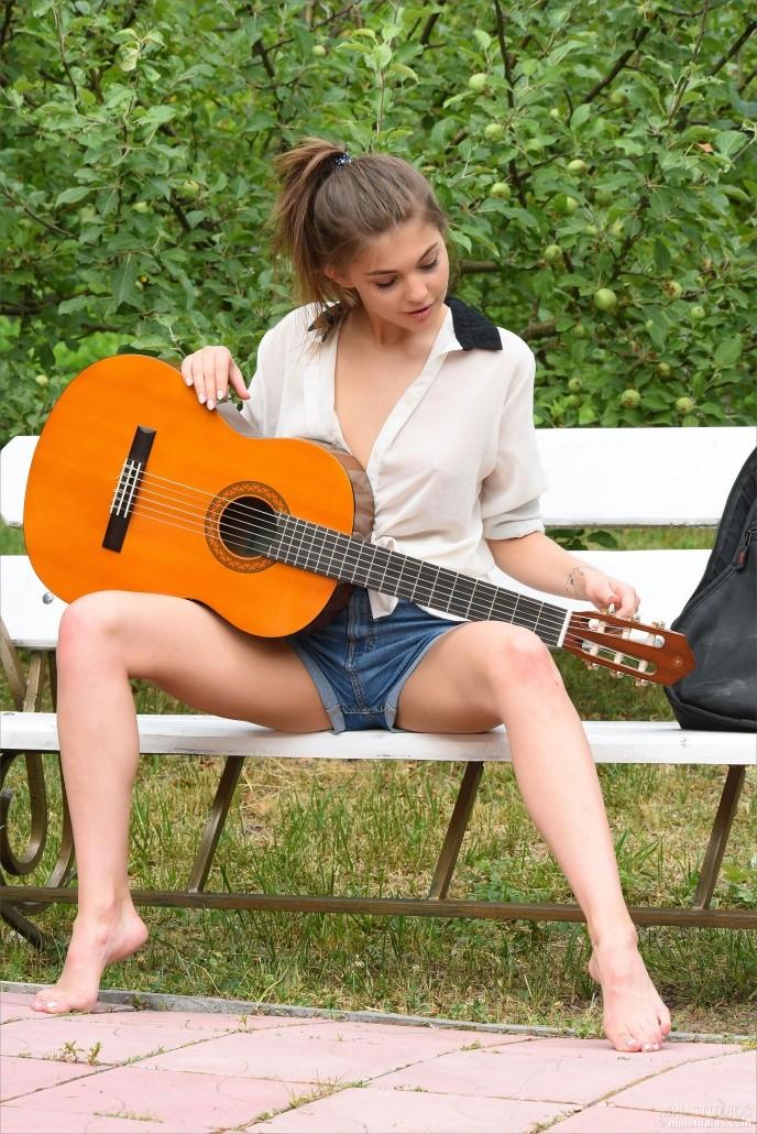 Голая в парке студентка музыкального института.
