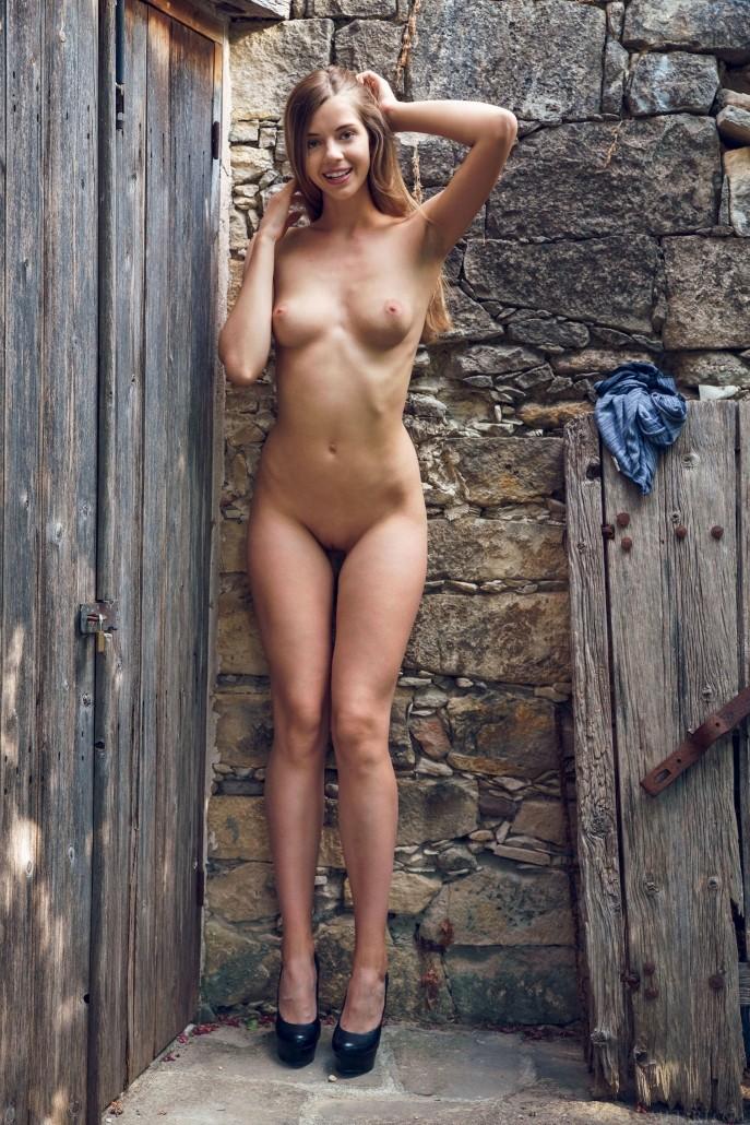 Голая Жанна показала всю себя возле старого сарая.