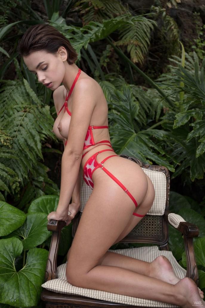 Голая девушка в джунглях показывает пизду.