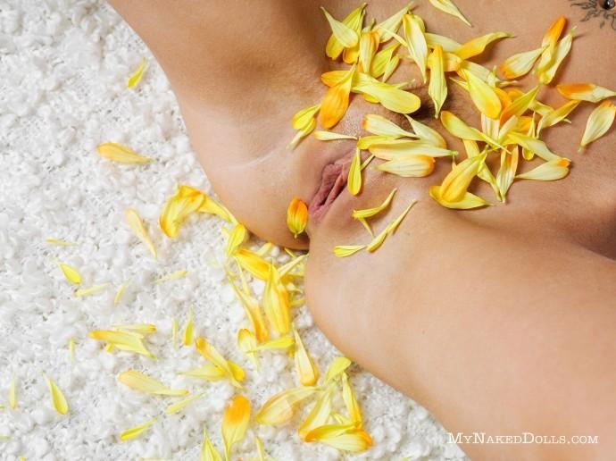 Нежная пизда играется с жёлтым цветком.