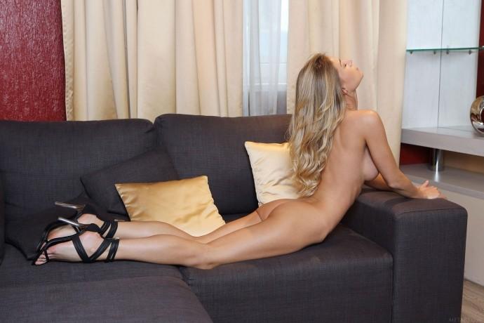 На фото голая Алиса показывает интимные места.
