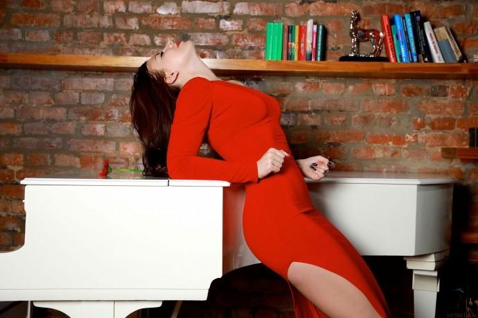 На фото голая писечка красивой пианистки.