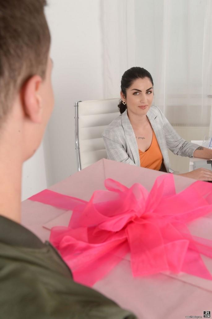 Секс в день рождения на рабочем месте.