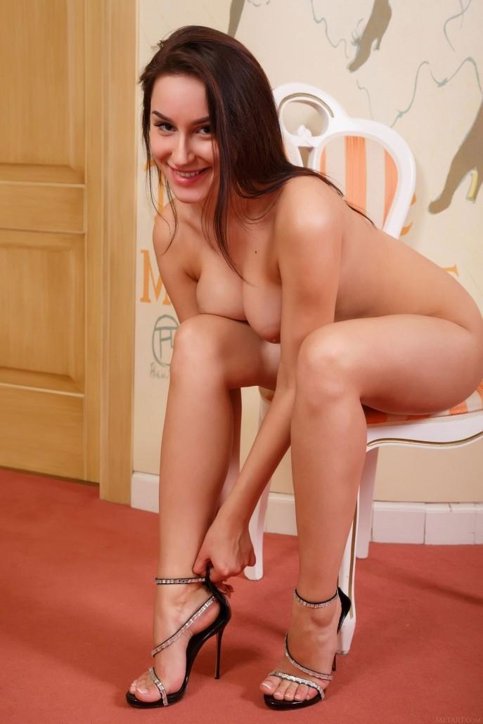 Голая Сабина примерила свой новый полушубок.