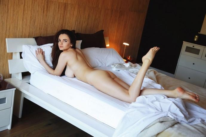 Красивая девушка с большой голой грудью.