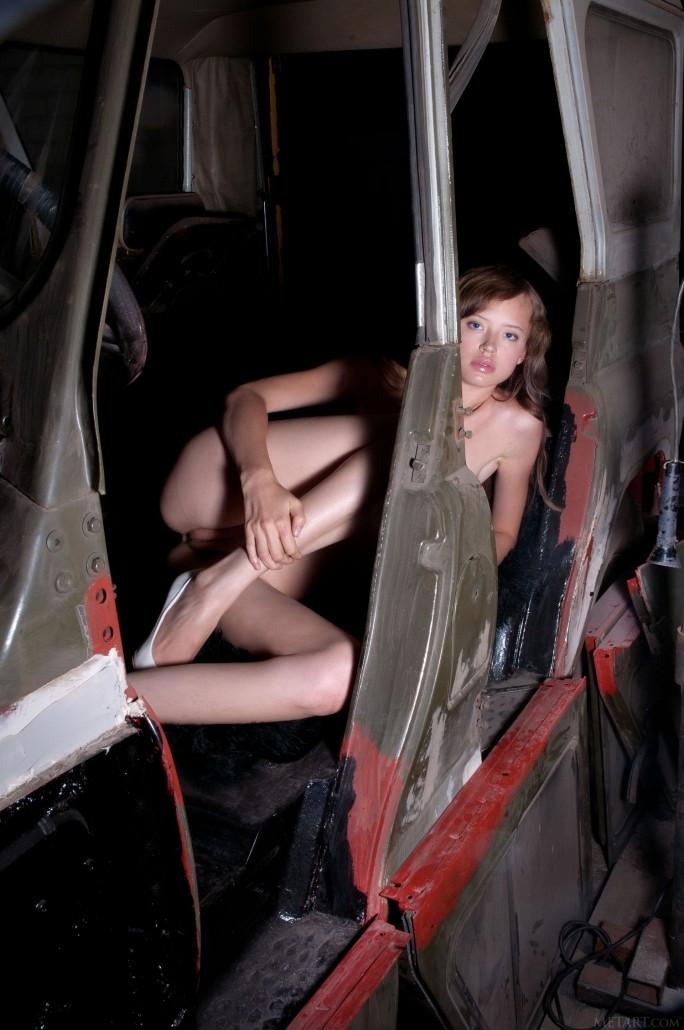 Голая Диана играет в отцовском гараже.