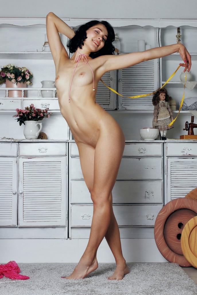Голая брюнетка забавляется с клубками.
