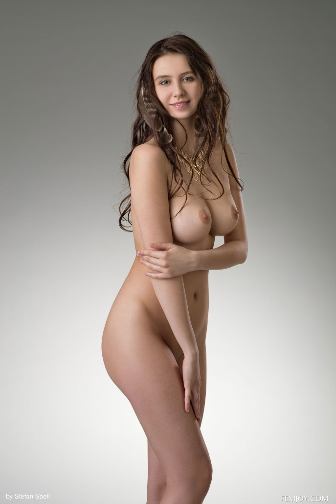 Голые молодые сиськи красивой девушки.