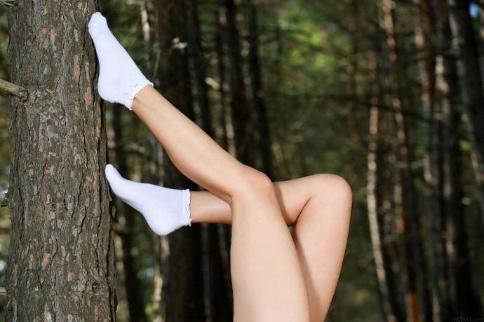 Голая нимфа развлекается в лесной чаще.