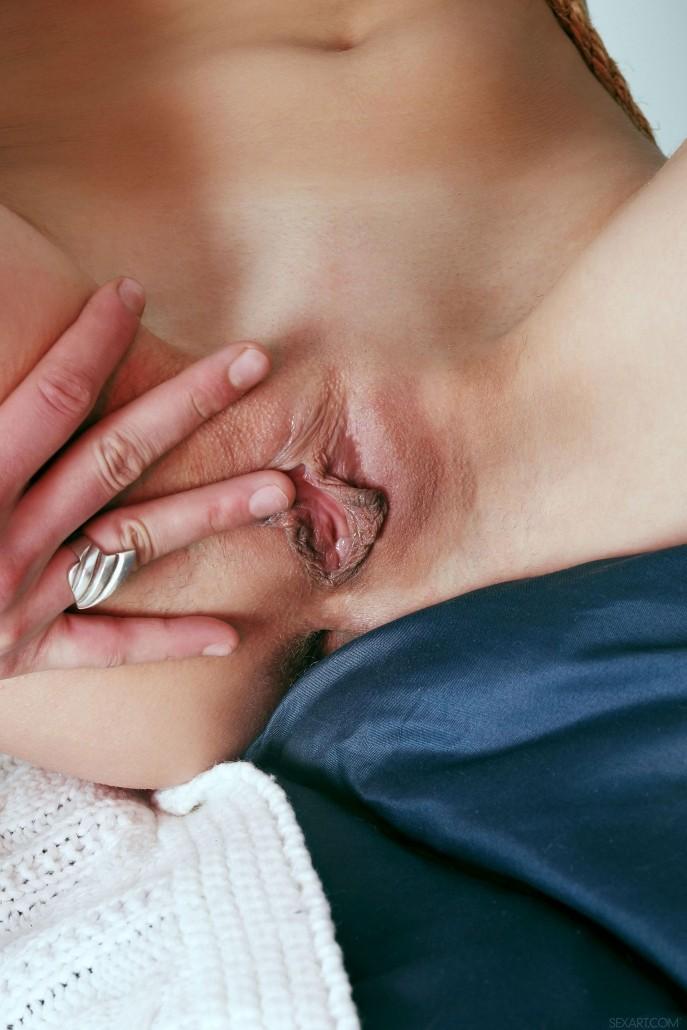 Девушка раздевается и прячет пальчики в киску.