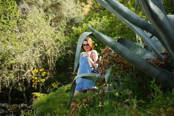 Голая Маргарита теребит пизду на природе.