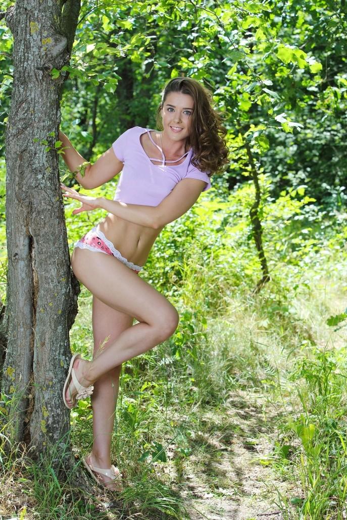 Фото девушки с красивой пиздой в зелёном лесу.