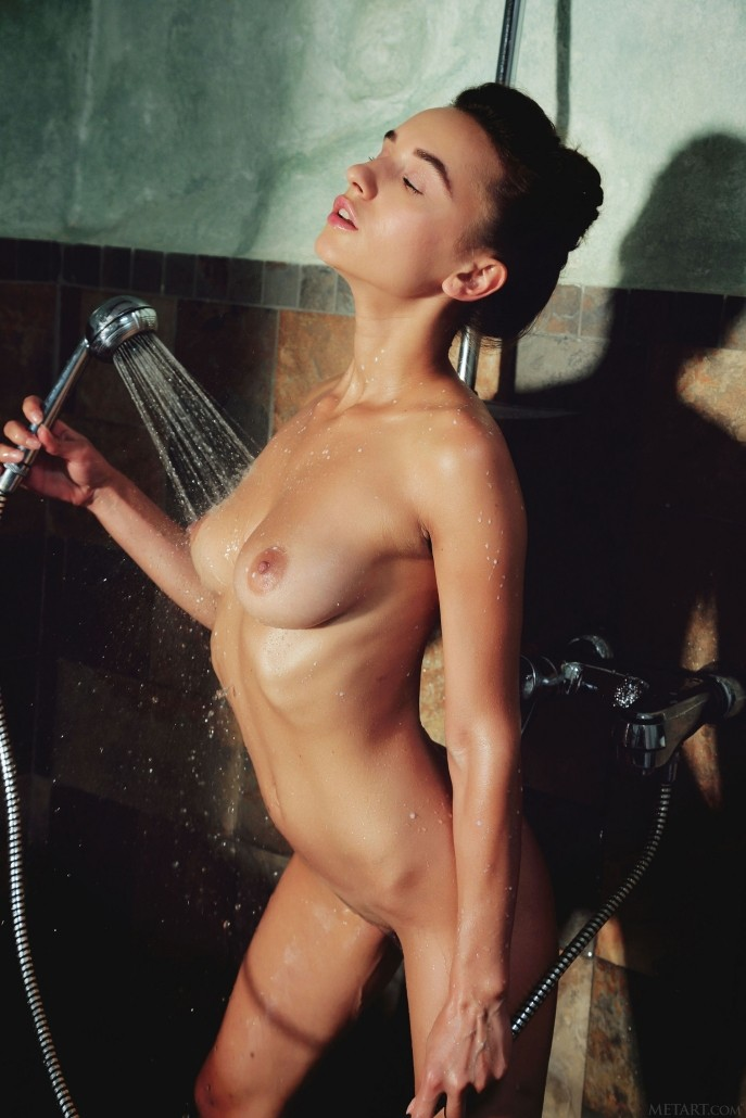 Девушка поливает пизду тёплым молоком.