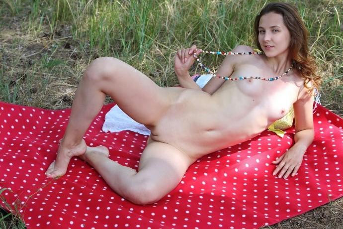 Тугая писька выбралась в лес на пикник.