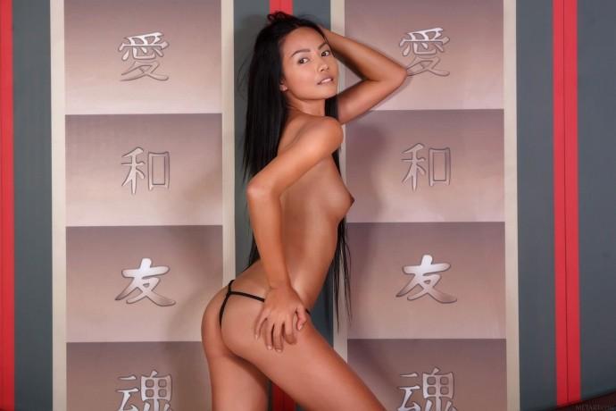 Голая китайская пизда красивой малышки.