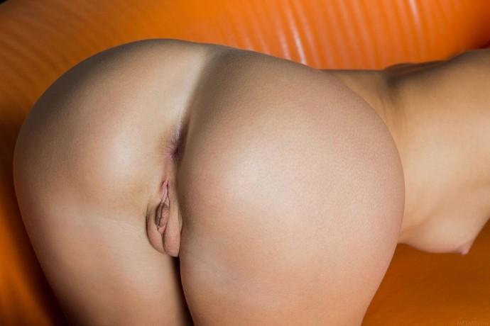 На фото сладкая вагина горячей конфетки.