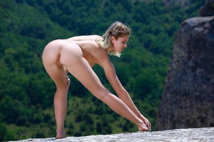 Голая Юля отдыхает высоко в горах.