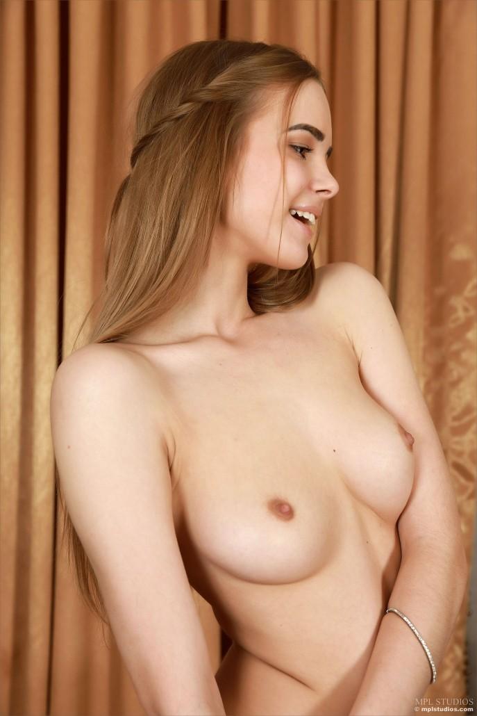 На фото красивая проститутка в домашней обстановке.