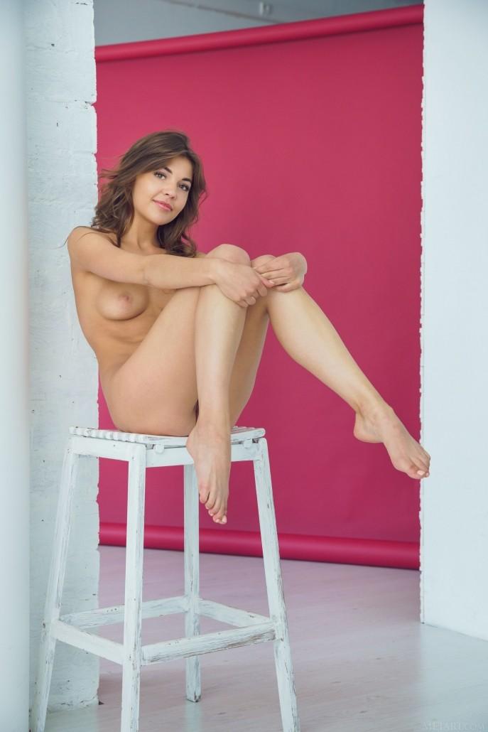 На фото голая Зара засветила свои дырки.