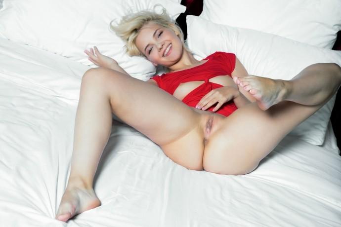 Блондинка раскрыла пизду без капли стеснения.