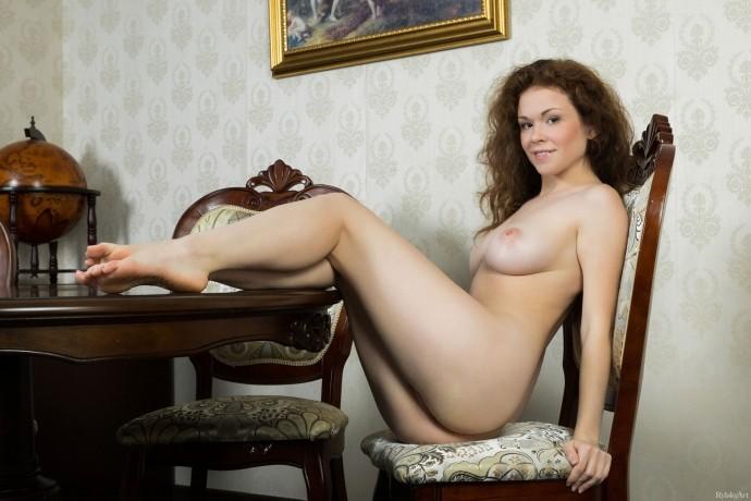 Голая Ангелина забралась на стол и показала пизду.