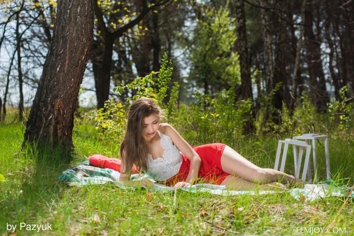 Эротические фото девушки в лесу.