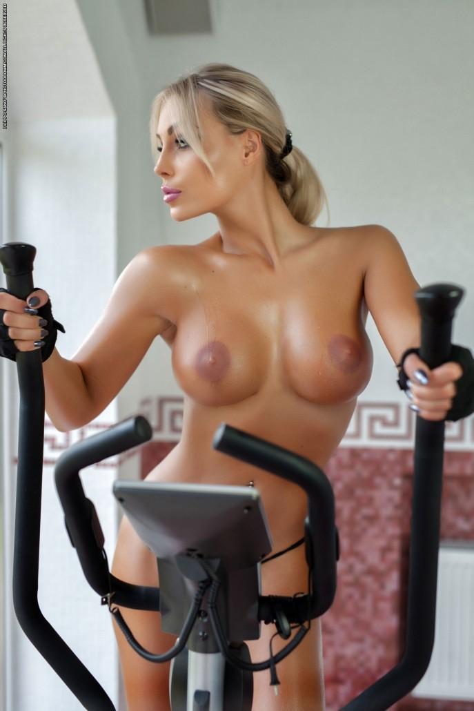 Фото голая фитоняшка на тренировке.