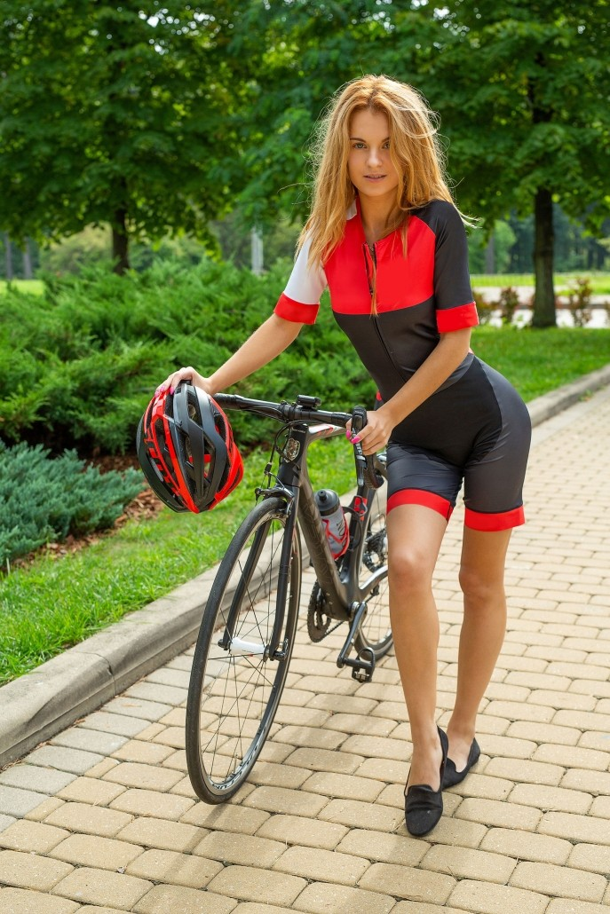 Девушка села пиздой на раму велосипеда.