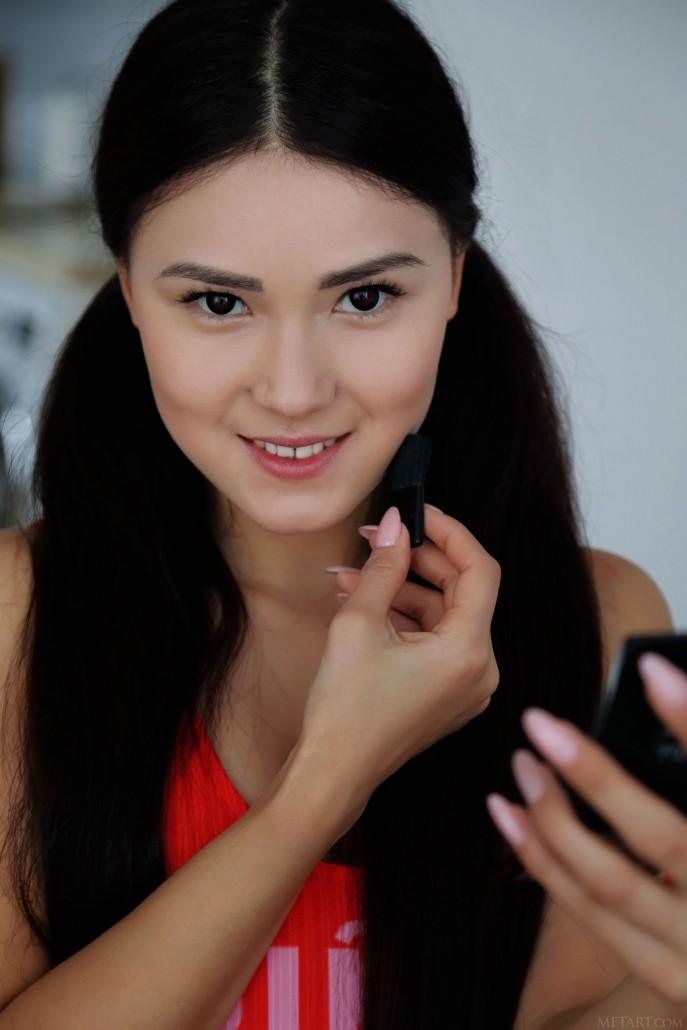 На фото красивая голая японка.