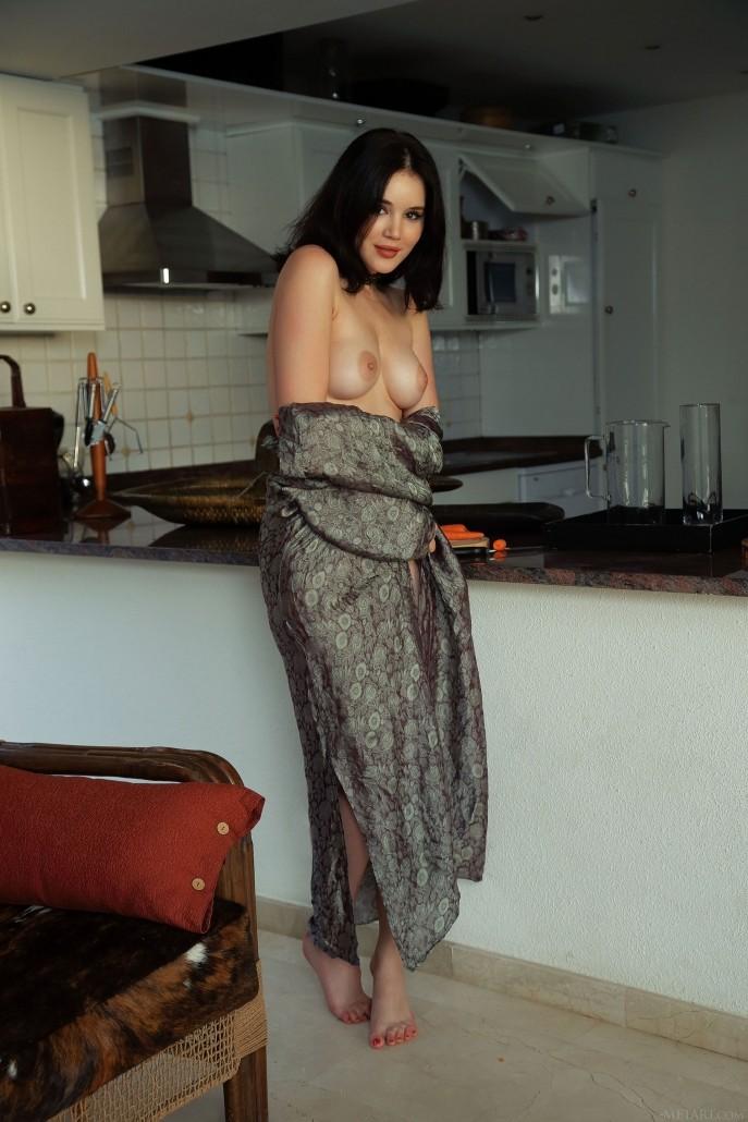 На фото голая порно модель.