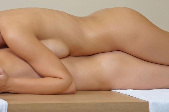 На фото молодые лесбиянки натираются маслом.