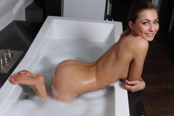 На фото голая девушка в ванной комнате.