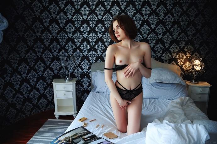 Юная проститутка отдыхает на блядской хате.