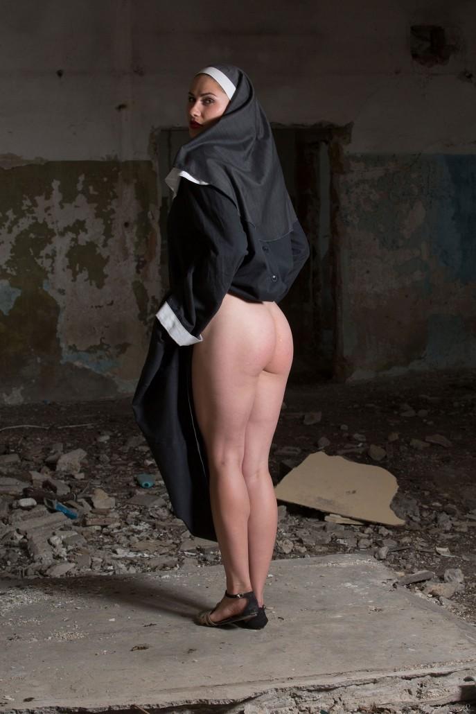 Голая монашка показывает пизду в заброшенном доме.