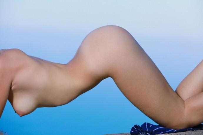 Голая Ксения торгует пиздой на море.