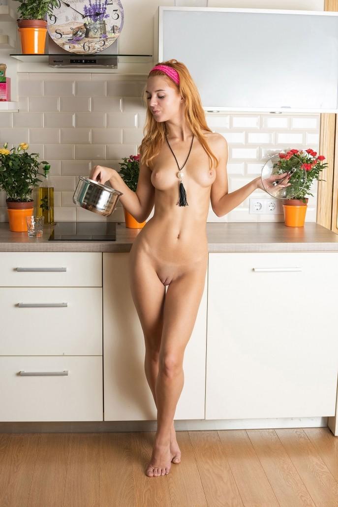 Голая малая осваивается на новой кухне.