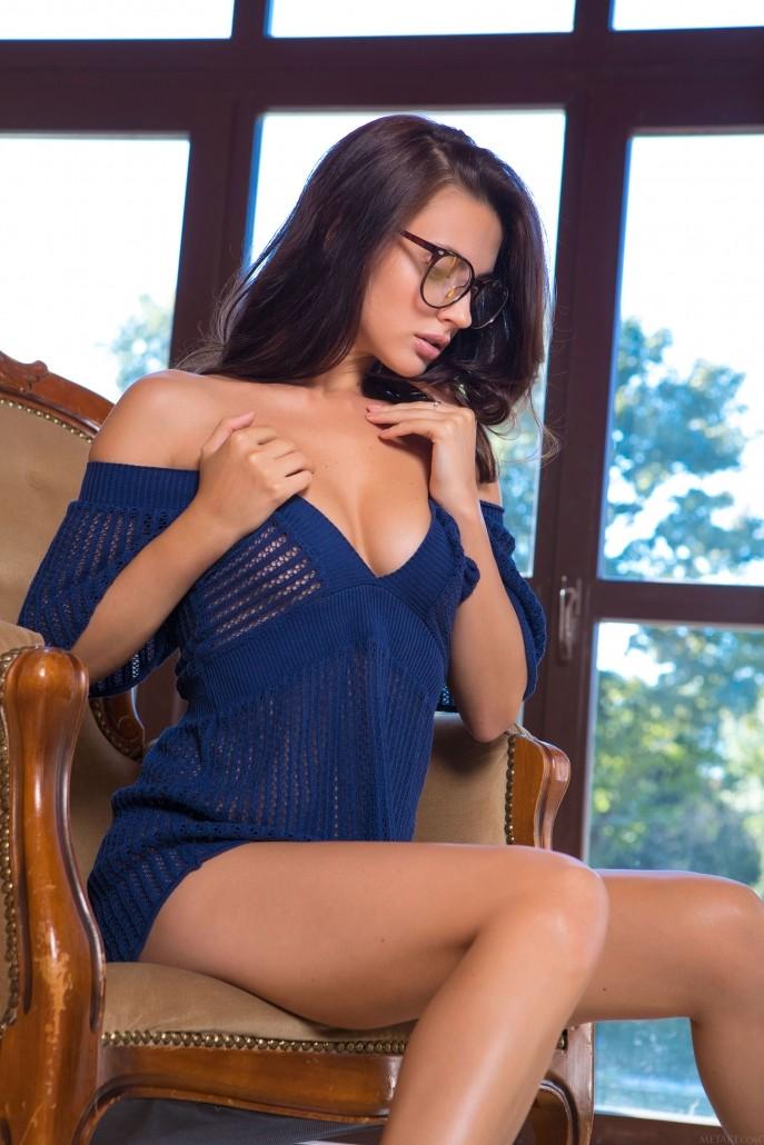 Голая девушка в очках радует своей красотой.