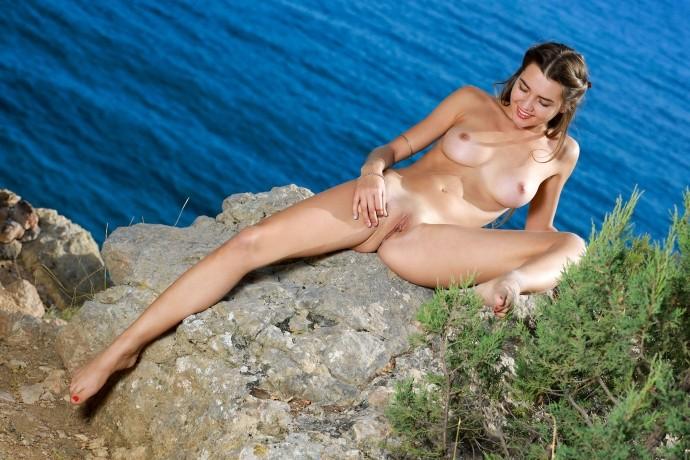 Голая чика отдыхает на море.