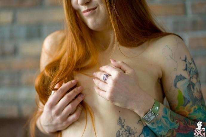 Голая девушка с пирсингом на пизде