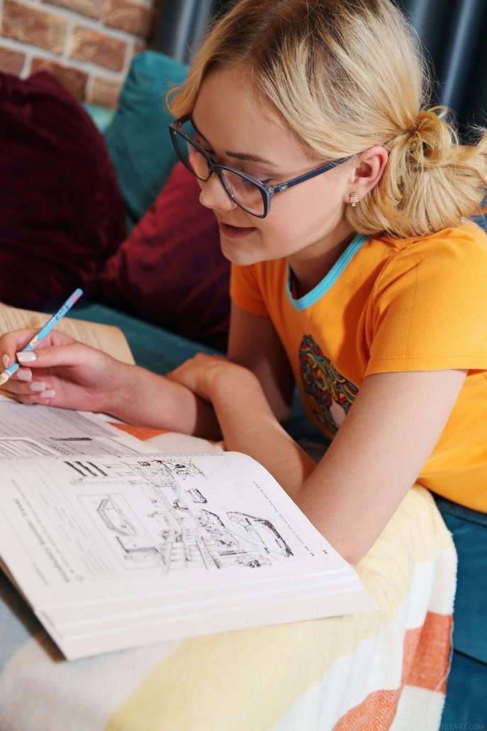 На фото голая ученица отдыхает после уроков.