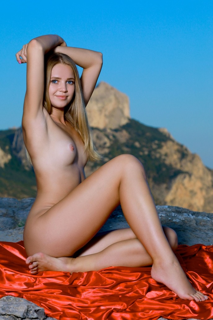 На фото голая любовница директора борделя.