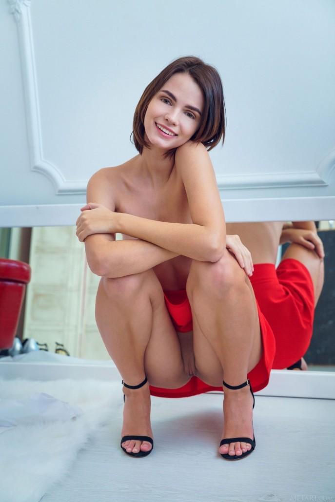 На фото голая выпускница подбирает одежду.