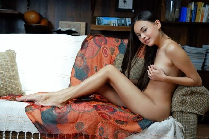 На фото голая узбечка красивая и молодая.